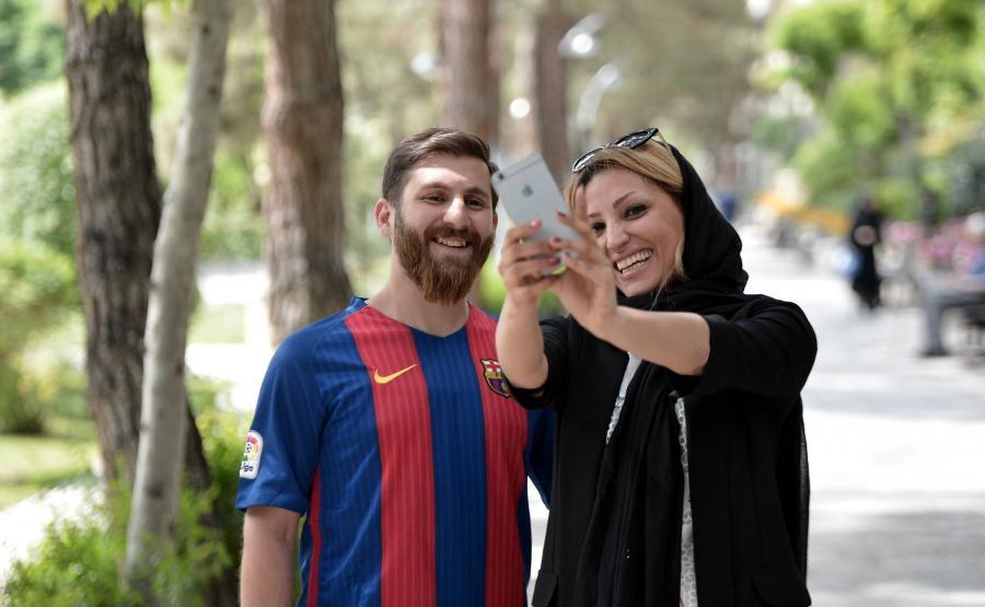 Fanka piłki nożnej z irańskim sobowtórem Lionela Messiego