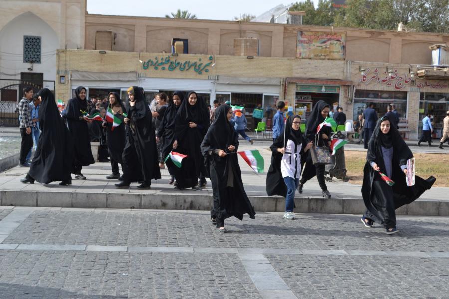 młodzież biorąca udział w obowiązkowej demonstrcji prorządowej, Iran, Jazd / fot. Aleksandra Chrobak