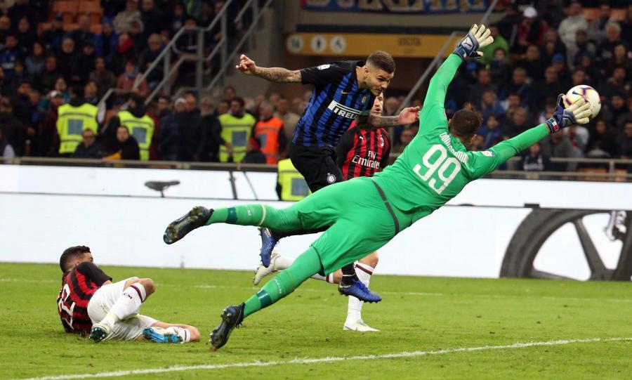 Mauro Icardi strzela gola w meczu z AC Milan
