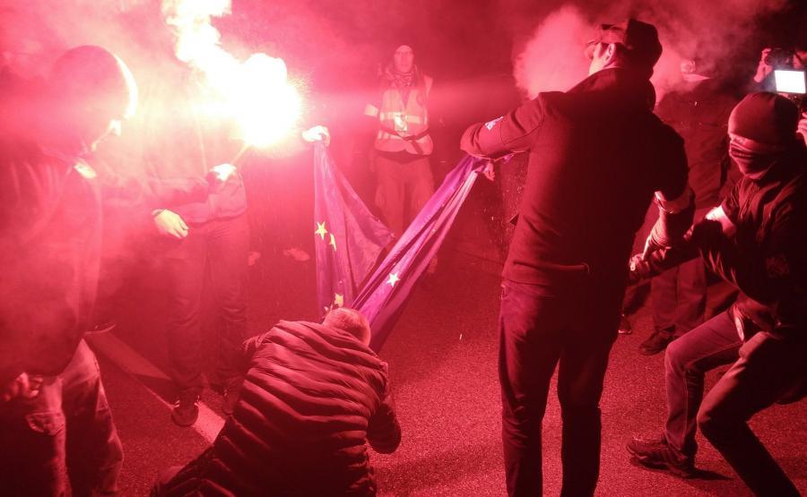 Spalenie flagi UE podczas Marszu Niepodległości / Młodzież Wszechpolska