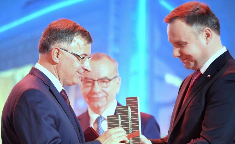 Kongres 590 - Prezes PKO BP Zbigniew Jagiełło odbiera nagrodę z rąk prezydenta Andrzeja Dudy