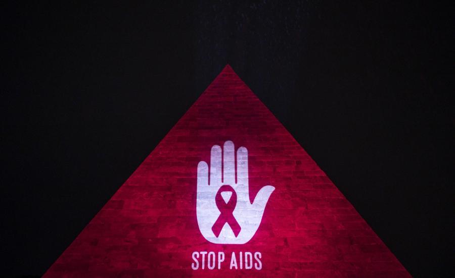 Piramida Cestiusza, starożytny grobowiec znajdujący się w Rzymie, podświetlony w ramach akcji promującej walkę z AIDS