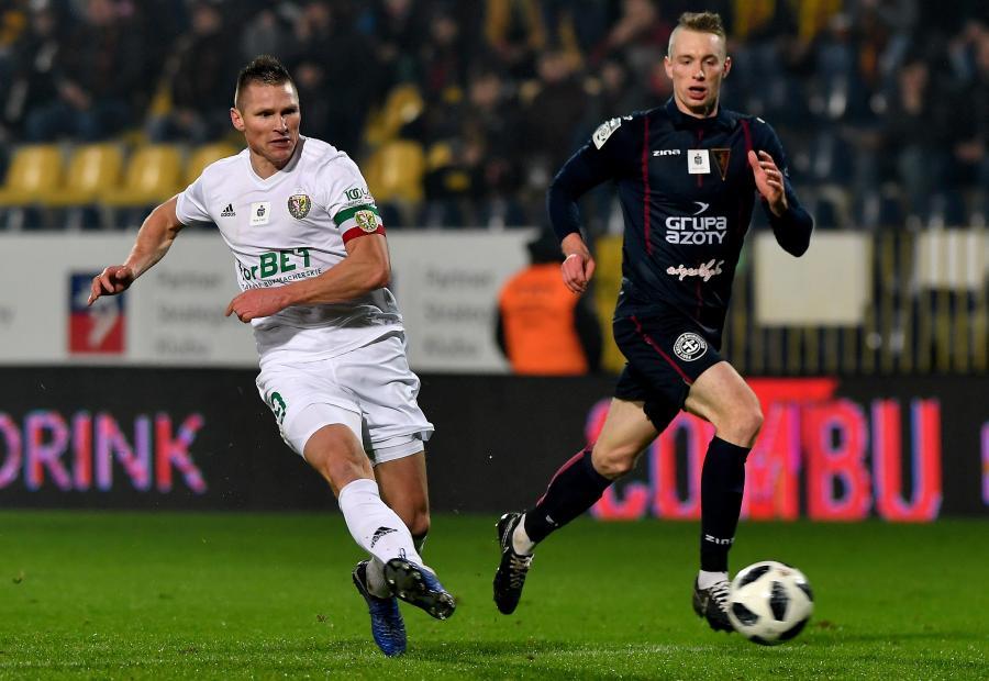 Piłkarz Pogoni Szczecin Mariusz Malec (P) i Marcin Robak (L) ze Śląska Wrocław