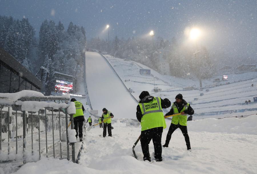 Intensywne opady śniegu spowodowały odwołanie sobotnich kwalifikacji do konkursu skoków Turnieju Czterech Skoczni w Bischofshofen