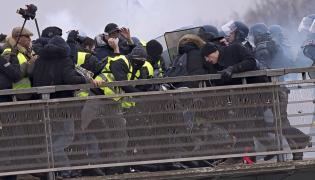 """Protest """"żółtych kamizelek"""" w Paryżu"""