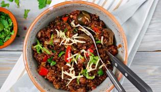Duszona czarna soczewica z warzywami i serem żółtym