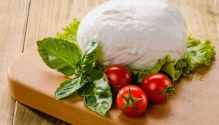 Mozarella z bazylią i pomidorami