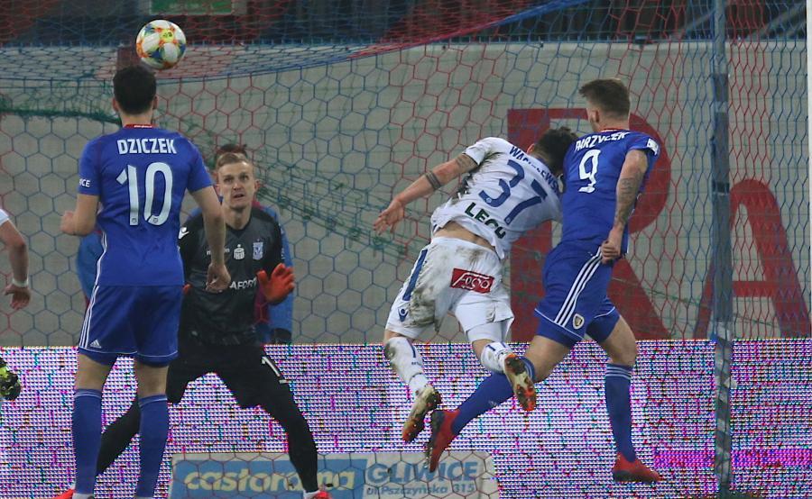 Zawodnik Piasta Gliwice Piotr Parzyszek (P) wbija piłkę do bramki Jasmina Burica (2-L) z Lecha Poznań