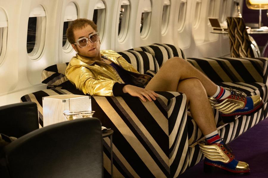 Taron Egerton jako Elton John w filmie \