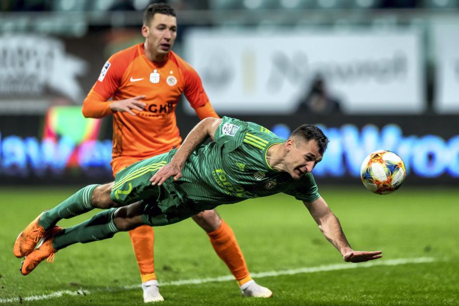 Piłkarz Śląska Wrocław Mateusz Radecki (P) i Jakub Tosik (L) z KGHM Zagłębie Lubin