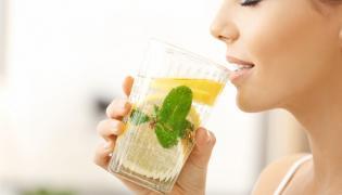 Kobieta pije sok z cytryny