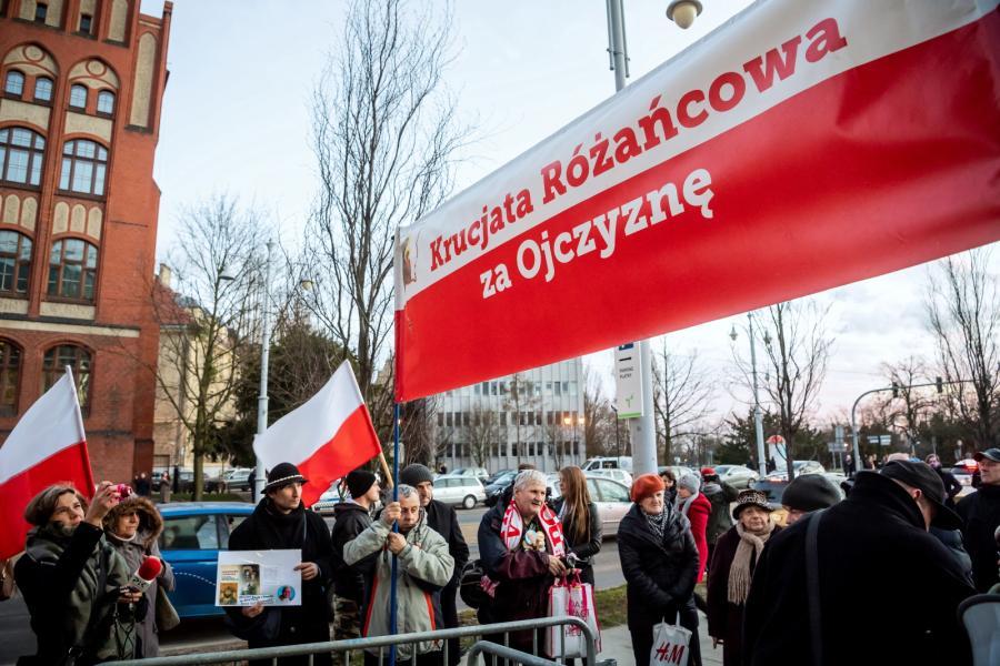 Protest członków Krucjaty Różańcowej przed wejściem do Centrum Sztuki Współczesnej \