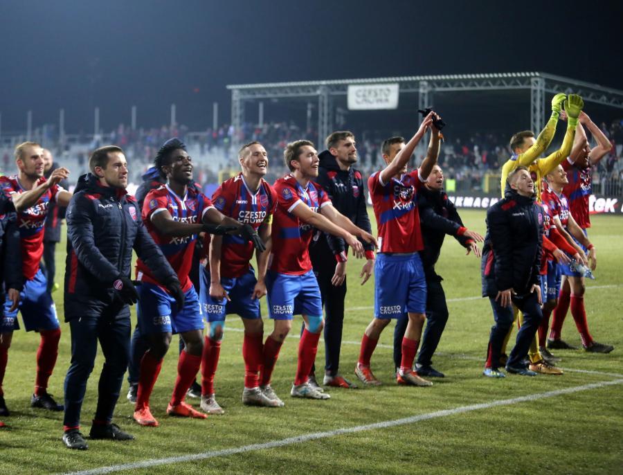 Piłkarze Rakowa Częstochowa cieszą się ze zwycięstwa po meczu ćwierćfinałowym Pucharu Polski z Legią Warszawa