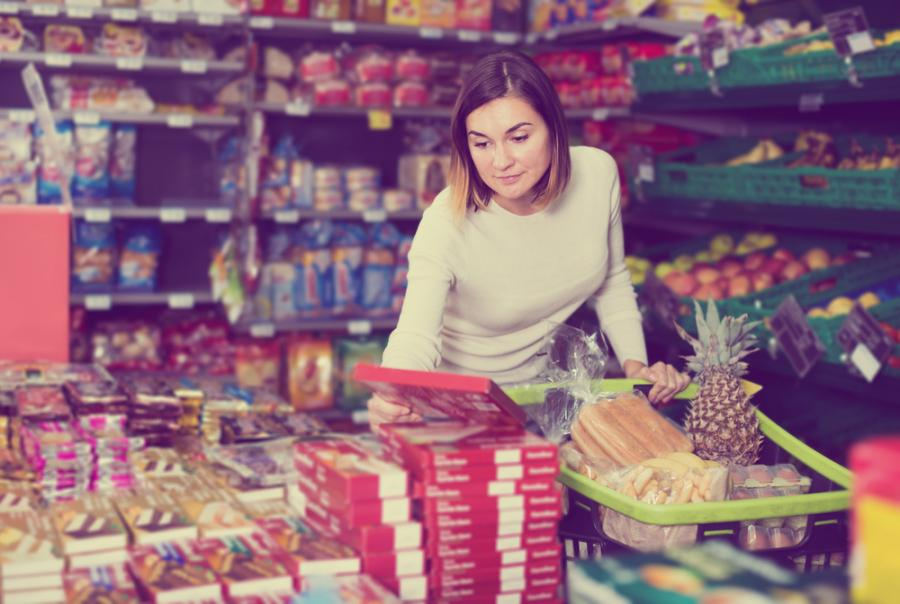 Kobieta wybiera słodycze w sklepie
