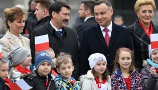 Prezydent RP Andrzej Duda z żoną Agatą Kornhauser-Dudą oraz prezydent Węgier Janos Ader z żoną Anitą Herczegh wśród dzieci