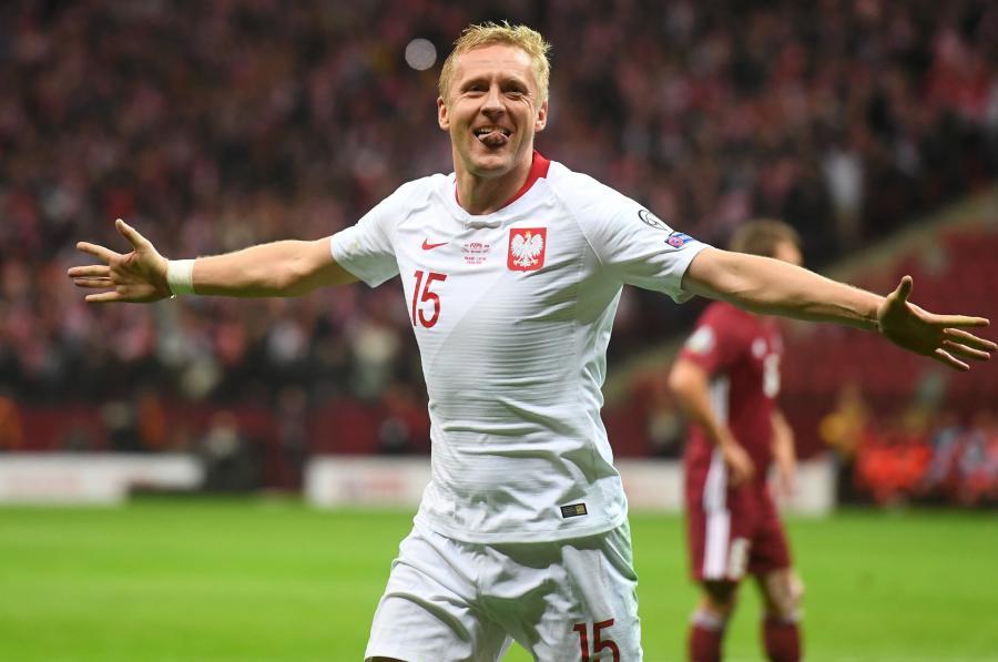 Piłkarz reprezentacji Polski Kamil Glik cieszy się z gola podczas meczu eliminacyjnego mistrzostw Europy z Łotwą