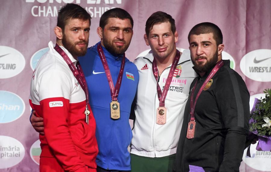 Medaliści mistrzostw Europy w zapasach w stylu wolnym w kategorii 92 kg - od lewej: Polak Zbigniew Baranowski (brąz), Szarif Szarifow z Azerbejdżanu (złoty), Węgier Istvan Vereb (brąz) i Irakli Mtsituri z Gruzji (brąz)