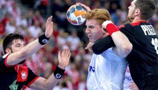Polak Tomasz Gębala (C) oraz Tim Suton (L) i Hendrik Pekeler (P) z Niemiec podczas meczu eliminacyjnego mistrzostw Europy piłkarzy ręcznych