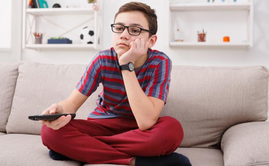 Nastolatek ogląda telewizję