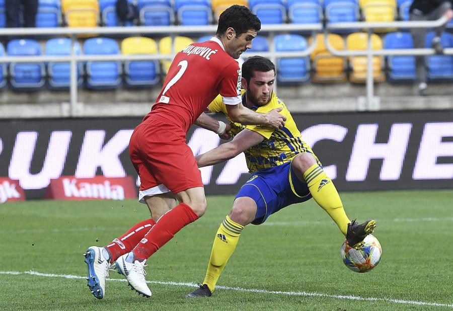 Piłkarz Arki Gdynia Luka Zarandia (P) i Aleksandar Miljkovic (L) z Miedzi Legnica podczas meczu grupy spadkowej Ekstraklasy