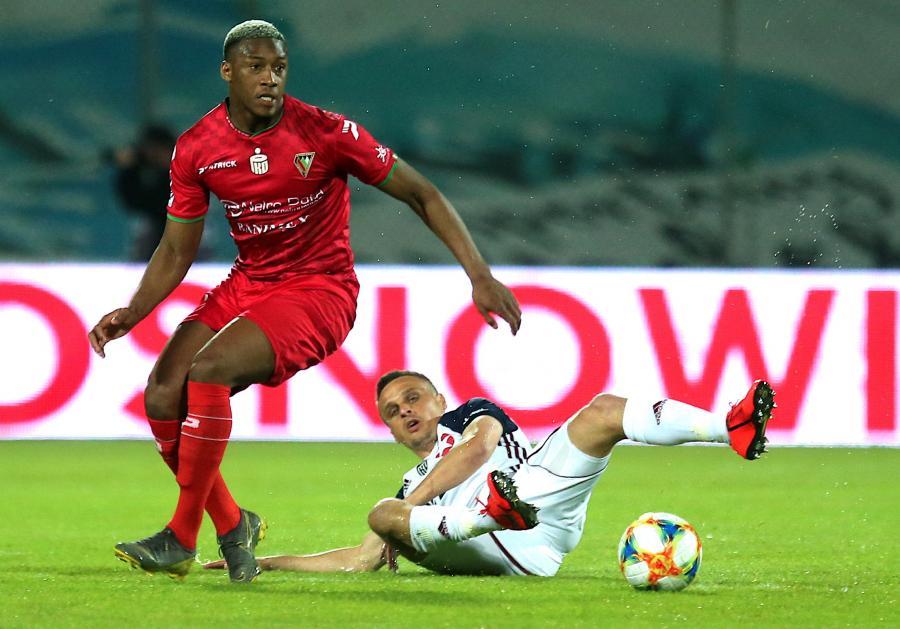 Piłkarz Zagłębia Sosnowiec Vamara Sanogo (L) i Sławomir Peszko (P) z Wisły Kraków podczas meczu grupy spadkowej Ekstraklasy