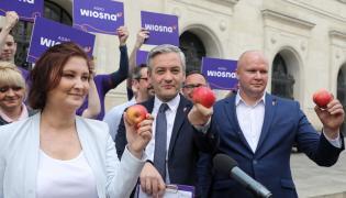 Robert Biedroń, Paulina Piechna-Więckiewicz i Sławomir Gromadzki podczas konferencji Agro Wiosny przed siedzibą ministerstwa rolnictwa