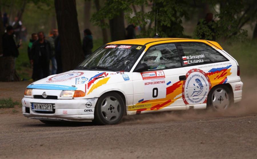 """Opel Astra GSi jechał jako tzw. """"0 HRSMP"""" czyli samochód funkcyjny, który pojawia się odcinkach specjalnych tuż przed pierwszymi zawodnikami"""
