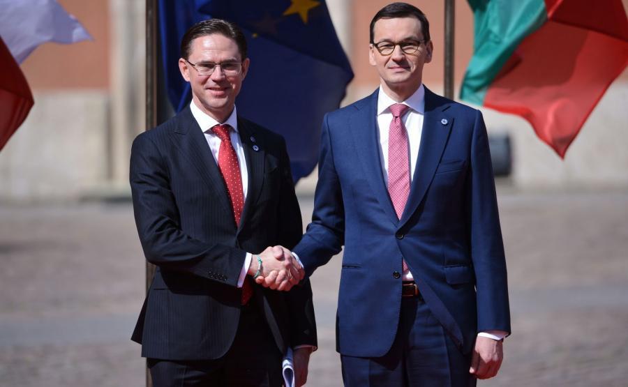 Wiceprzewodniczący Komisji Europejskiej Jyrki Katainen oraz premier Mateusz Morawiecki podczas szczytu na dziedzińcu Zamku Królewskiego