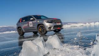 Jeep Grand Cherokee Trackhawk. Bajkał położony na terytorium Rosji w Republice Buriacji i obwodzie irkuckim jest najstarszym i najgłębszym jeziorem na świecie