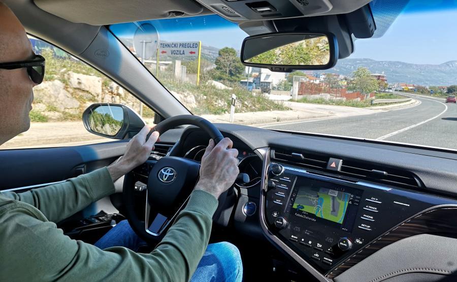 Toyota Camry 2.5 Hybrid e-CVT to powiew świeżości w klasie limuzyn segmentu D/E