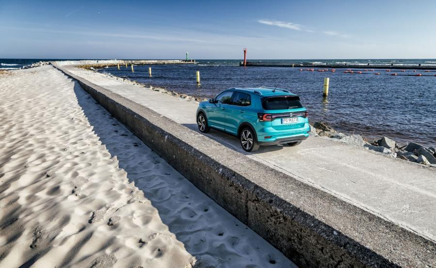 T-Cross powstał na platformie MQB A0, czyli tej samej, którą wykorzystuje Polo, a także krewniacy z Grupy Volkswagen – Seat Arona i Skoda Kamiq. Jednak model z Wolfsburga wyróżnia się wzorową przestronnością i funkcjonalnością