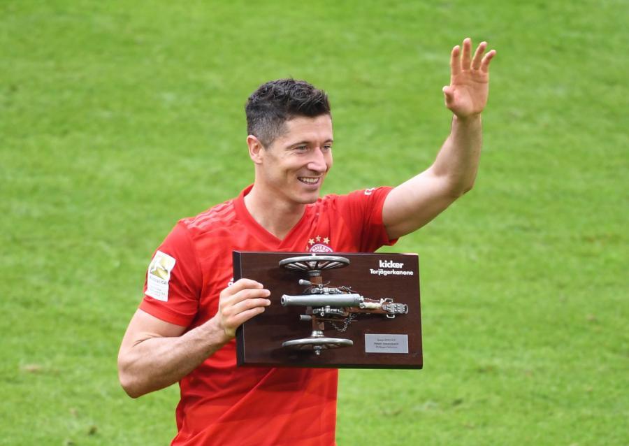Piłkarz Bayernu Monachium Robert Lewandoski ze statuetką dla najlepszego strzelca Bundesligi, którą zdobył po raz czwarty w karierze