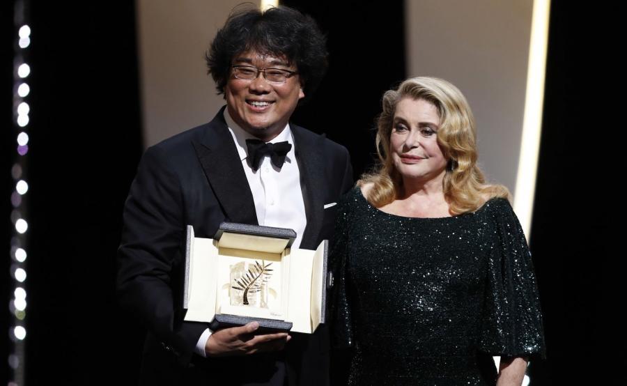 Joon-ho Bong odbiera Złotą Palmę w Cannes z rąk Catherine Deneuve
