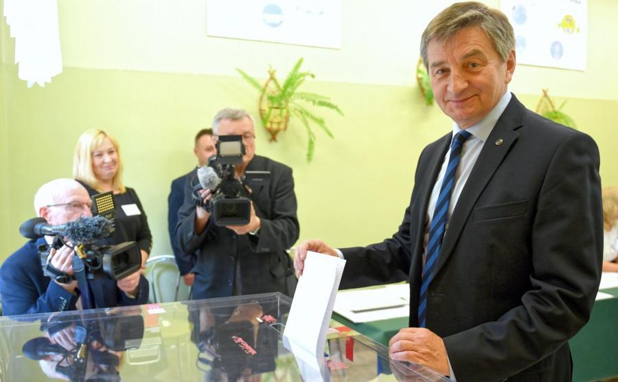Marszałek Sejmu Marek Kuchciński (P) podczas głosowania w lokalu Obwodowej Komisji Wyborczej Nr 20 w Przemyślu