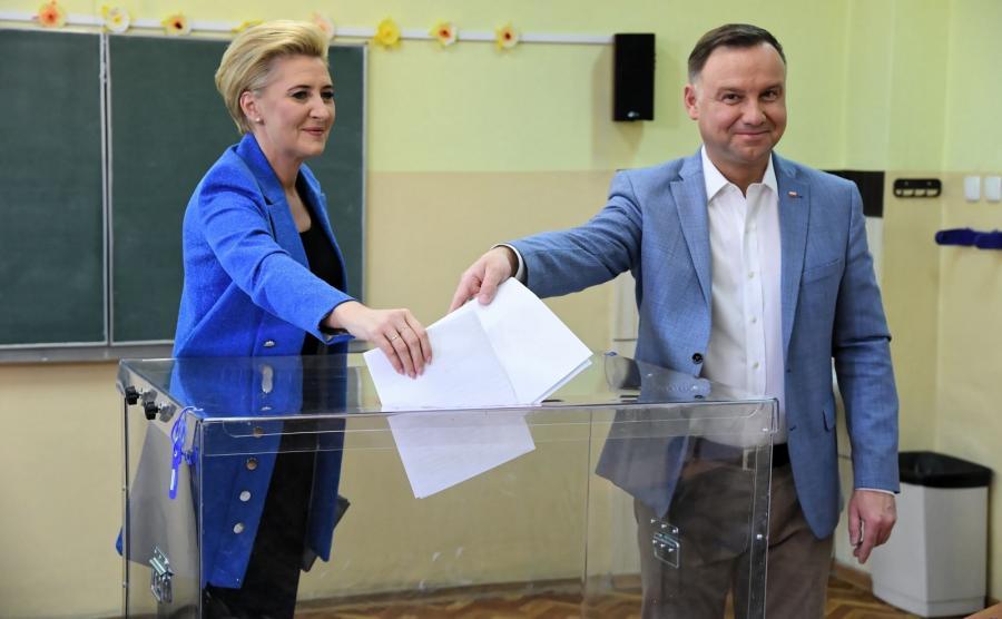 Prezydent Andrzej Duda (P) z małżonką Agatą Kornhauser-Dudą (L) głosują w lokalu wyborczym w Zespole Szkół nr 5 w Krakowie