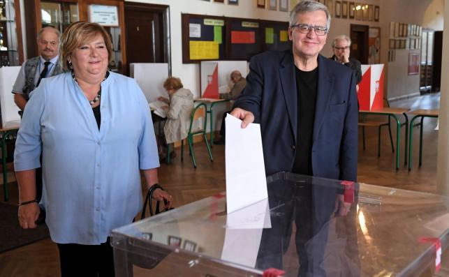 Były prezydent Bronisław Komorowski (P) z żoną Anną (L) głosują w lokalu wyborczym w LO im. Stefana Batorego w Warszawie