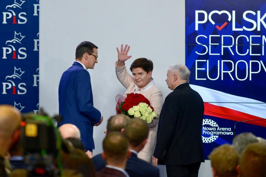 Prezes PiS Jarosław Kaczyński (P), premier Mateusz Morawiecki (L), wicepremier Beata Szydło (C)