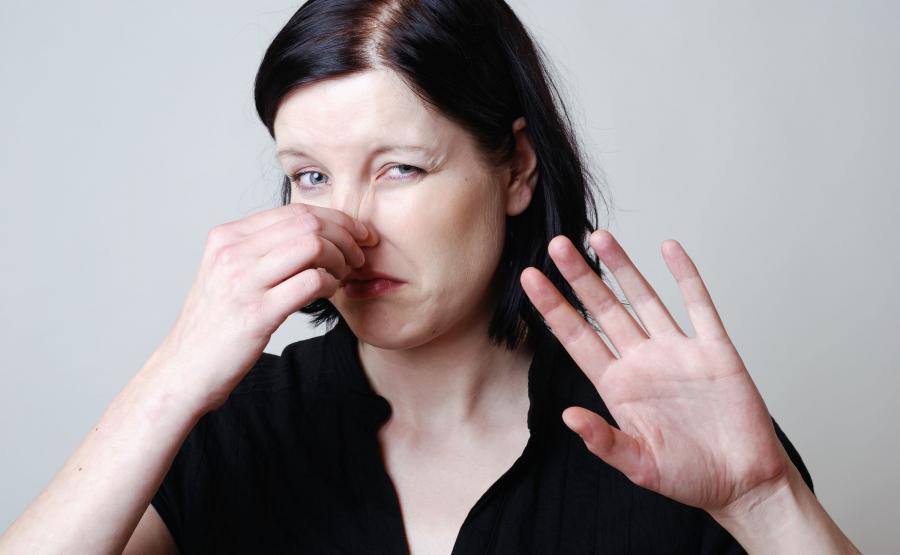 Kobieta zatyka nos