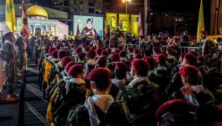 Bojownicy Hezbollahu słuchają przemówienia Hassana Nasrallaha