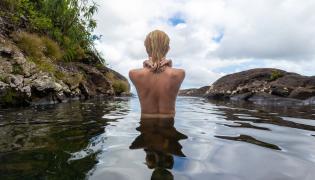 Naga kobieta w wodzie - zdjęcie ilustracyjne