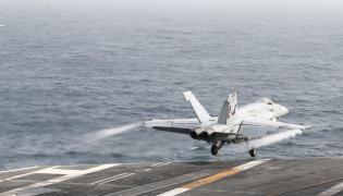 F-18 startuje z pokładu USS Abraham Lincoln
