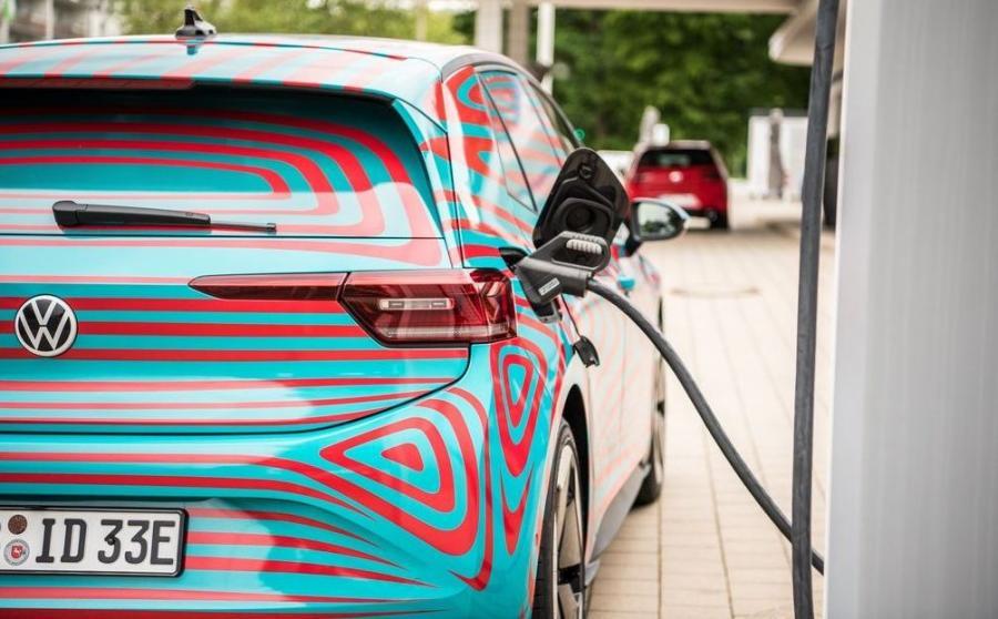 ID.3, czyli pierwszy przedstawiciel elektrycznej rodziny ID stworzonej przez Volkswagena już z podstawowym zestawem litowo-jonowych akumulatorów o pojemności (45 kWh) będzie długodystansowcem i przejedzie 330 km (wg normy WLTP). Wariant 58 kWh zapewni 420 km zasięgu. A model z największym akumulatorem (77 kWh) to imponujące 550 km podróży bez przystanku na ładowanie