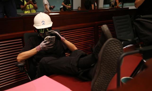 Zamieszki w Hongkongu. Grupa protestujących wdarła się do siedziby parlamentu [ZDJĘCIA]