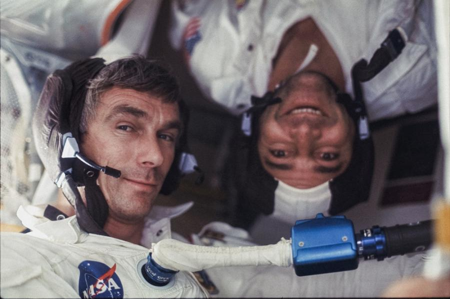 "Gene Cernan i Ron Evans (do góry nogami) podczas misji Apollo 17, 7‒19.12.1972, fot. Harrison ""Jack"" Schmitt"