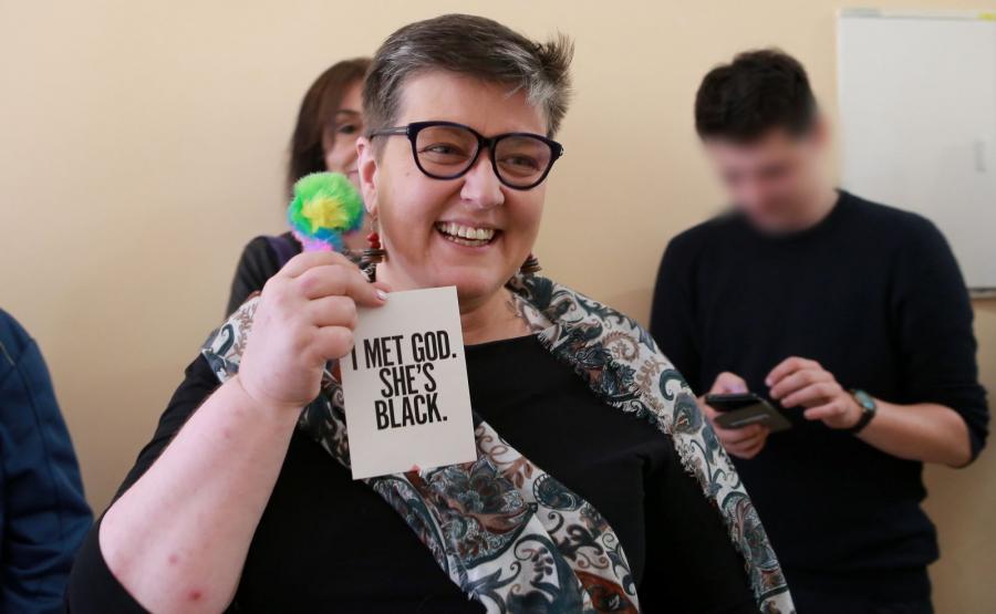"""Elżbieta Podleśna w sądzie z plakietką """"I met God. She's black"""""""