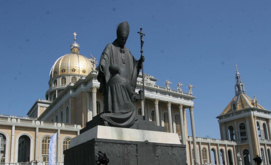 Pomnik papieża Jana Pawła II w Licheniu przed modyfikacją