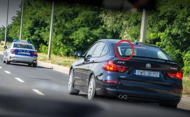 Radiowóz patrzy także do tyłu – kamerkę zainstalowano z lewej strony. BMW twierdzi, że aktywny tylny spoiler zapewnia optyczną lekkość i zmniejsza siłę nośną przy typowych prędkościach podróżnych. A wysuwa się powyżej 110 km/h (można go też postawić na parkingu)