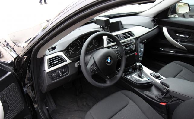W GT kierowca siedzi o 6 cm wyżej niż w sedanie. Każde z tych aut skrywa na pokładzie kamerę z przodu i z tyłu. Pomiar prędkości ma odbywać się tak, jak obecnie w BMW serii 3 sedan – czyli wyświetlana na nagraniu wartość jest mierzona na kołach radiowozu. Dlatego, żeby wykonać poprawny pomiar, auto z wideorejestratorem (Videorapid 2A) musi na początku i na końcu odcinka pomiarowego znajdować się w takiej samej odległości od nagrywanego pojazdu