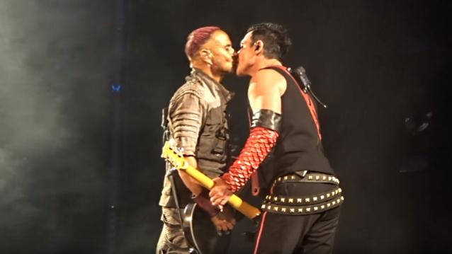 Muzycy zespołu Rammstein - Paul Landers and Richard Kruspe - całujący się na scenie.