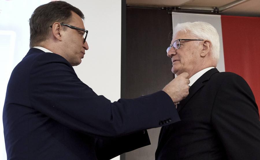 Działacz opozycyjny Krzysztof Wyszkowski (P) odbiera Krzyż Wolności i Solidarności z rąk prezesa IPN Jarosława Szarka